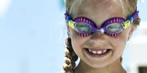 bé gái đeo kính bơi màu sắc
